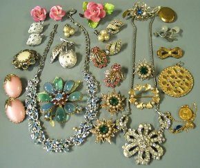 "Loftiss Says ""Make It Work"" – Organzing your jewelry section"